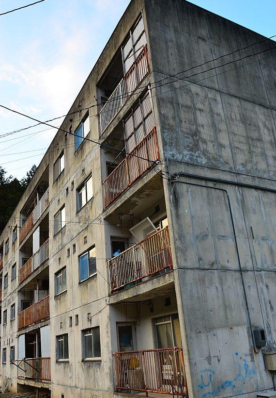 abandoned japanese apartment building e1548366192718